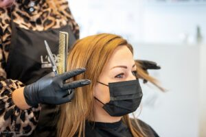Hair salon using masks (Image credits: Ólavur Frederiksen/FaroePhoto)