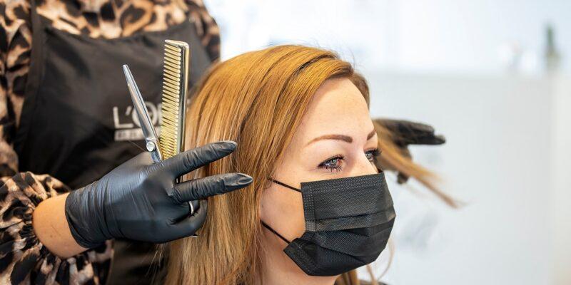Hair salon using masks (Image credits: Ólavur Frederiksen/FaroePhoto)